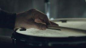 Batteur de jazz jouant aux tambours réglés d'isolement sur le fond noir banque de vidéos
