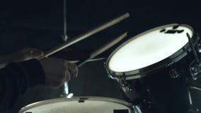 Batteur de jazz jouant aux tambours réglés sur le concert d'isolement sur le fond noir banque de vidéos