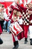 Batteur de jeune fille dans des costumes médiévaux de reconstitution photo stock