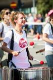 Batteur féminin pendant Stockholm Pride Parade Image libre de droits