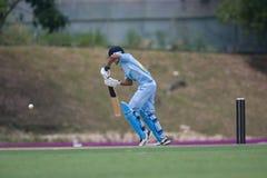 Batteur heurtant la bille de cricket Photo stock