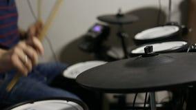 Batteur jouant au kit électronique de tambours banque de vidéos
