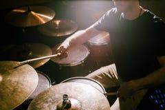 Batteur jouant des cymbales pendant le concert photographie stock