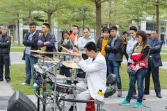 Batteur jouant l'ensemble de tambour Photo stock