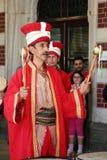 Battez du tambour du joueur dans le costume turc traditionnel Photos libres de droits