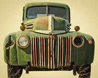 Battez le camion coupé d'un entrepôt de ferraille Images stock