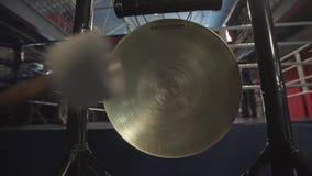 Batti un gong video d archivio
