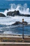 Battimenti dell'onda sulle rocce immagine stock