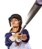 Batting del jugador del béisbol o de beísbol con pelota blanda de la mujer Imágenes de archivo libres de regalías