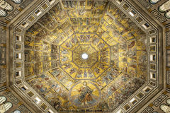 Battistero圣约翰二圣乔瓦尼或洗礼池浸礼会教友,马赛克装饰的圆顶内部在佛罗伦萨,意大利 库存照片
