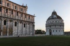 Battistero di San Giovanni e della cattedrale di Pisa immagini stock libere da diritti