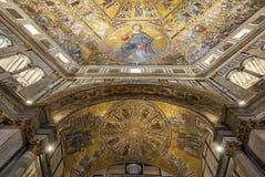 Battistero di San Giovanni eller Baptistery av St John den baptistiska Mosaik-dekorerade kupolinre i Florence, Italien Fotografering för Bildbyråer