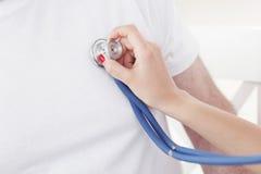 Battito cardiaco d'esame di medico fotografie stock libere da diritti