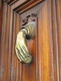 Battitore della mano della porta vecchio in una mano femminile Immagine Stock
