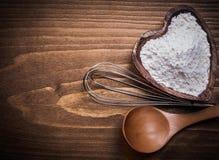 Battitore di legno del fiore della ciotola del heartshape del cucchiaio sul bordo di legno Fotografia Stock Libera da Diritti