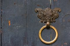 Battitore di porta cinese del figlio del drago con un anello colorato dorato sulla a Fotografie Stock Libere da Diritti