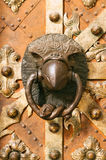 Battitore di porta medievale nel contorno dell'aquila Fotografie Stock Libere da Diritti