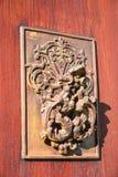 Battitore di porta di Rusty Antique sulla porta di legno immagine stock