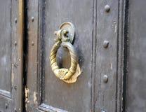 Battitore su una vecchia porta Fotografia Stock Libera da Diritti