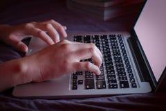 Battitura a macchina delle mani di immagine Fuoco selettivo Fotografia Stock