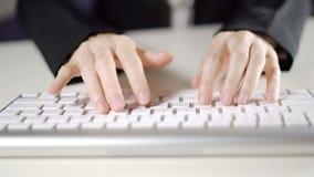 Battitura a macchina femminile di affari delle mani sul computer della tastiera nella fine dell'ufficio su video d archivio