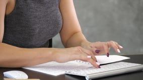 Battitura a macchina occupata delle mani femminili su una tastiera fotografie stock