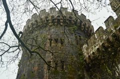 Battlements της δευτερεύουσας πρόσοψης του Butron Castle, Castle ενσωμάτωσαν τους Μεσαίωνες Ταξίδι ιστορίας αρχιτεκτονικής Στοκ Εικόνες