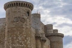 Battlements i ściana kasztel Sarmierto w Fuentes De Valdepero zdjęcia stock