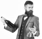Battler держа бутылку вина изолированный на белом backgroun стоковые изображения