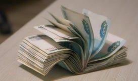Batuffolo torto di soldi, imballaggio della banconota fotografie stock libere da diritti