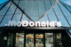 Batumi, Adjara, Georgië Het teken van het McDonaldsrestaurant bij de moderne bouw van McDonalds-restaurant Royalty-vrije Stock Afbeeldingen
