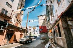 Batumi, Adjara, Georgië Hung Laundry Drying On een Kabel in Binnenplaats Royalty-vrije Stock Foto's