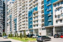Batumi, Adjara, Georgia Autos geparkt im Hof nahe modernem mehrstöckigem Wohngebäude-Haus in Wohn Stockbilder