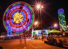Batumi Adjara, Georgia Det Ferris Wheel At Promenade In miraklet parkerar, munterhetstaden parkerar på nattetid Arkivfoto