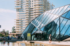 Batumi, Adjara, la Géorgie Les gens marchant près du bâtiment moderne du restaurant de McDonalds photo libre de droits