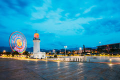 Batumi, Adjara, la Géorgie Phare de Ferris Wheel In Motion And Pitsunda Photographie stock