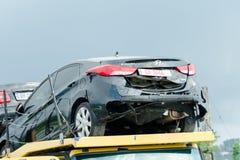 BATUMI, GEÓRGIA - 5 DE JULHO DE 2017: Carro preto quebrado no caminhão de reboque Fotografia de Stock