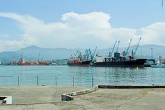 BATUMI, GEÓRGIA 25 DE MAIO DE 2015 Navios na porta Região de Adjara Foto de Stock