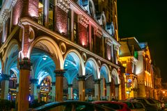 BATUMI, GEORGIË - OCT 28, 2018: Architectuur van Batumi-Piazza in het centrum van Batumi, 's nachts Georgië royalty-vrije stock foto