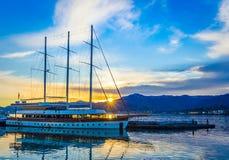 Batumi Georgia - April, 13 2019 Skepp i port av Batumi p? soluppg?ng royaltyfri foto