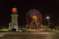 BATUMI, GEORGIA - 7 DE OCTUBRE DE 2016: Opinión de la noche de Batumi Noria y faro en el bulevar de la playa Imagen de archivo