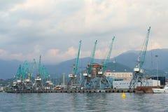 Batumi, Georgia - 14 de septiembre de 2014: Puerto del cargo en Batumi Moun Foto de archivo