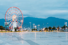 Batumi Georgia Ferris Wheel Exactly Behind Lighthouse an der Seeseite Stockbild