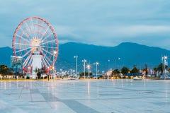 Batumi Georgia Ferris Wheel Exactly Behind Lighthouse an der Seeseite Stockbild