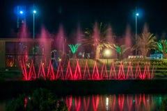 BATUMI GEORGIA-JULY 7 2015 dansspringbrunnar på Ardagani sjön Ljusa och musikaliska springbrunnar som tillbaka installeras i 2009 Arkivbild