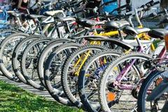 BATUMI, GEORGIA - 8 LUGLIO 2017: Grande selezione delle biciclette per noleggio Fotografia Stock