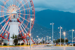 Batumi Georgia Naher Ferris Wheel Behind Old White-Leuchtturm A Stockfoto
