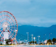 Batumi Georgia Naher Ferris Wheel Behind Old White-Leuchtturm Lizenzfreie Stockfotos