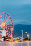 Batumi Georgia Naher Ferris Wheel Behind Old White-Leuchtturm Stockbild