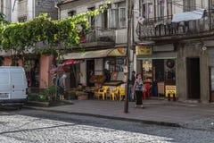 Batumi Georgia - September 2, 2014 Liten autentisk Batumi gata med en liten marknad och ett kafé royaltyfri fotografi